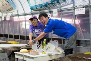 かき小屋渡波にて、エクレールの金華山チーズケーキに入刀する二人