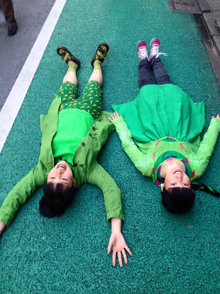 緑の道路に緑の衣装で「どうかしてるよ」!