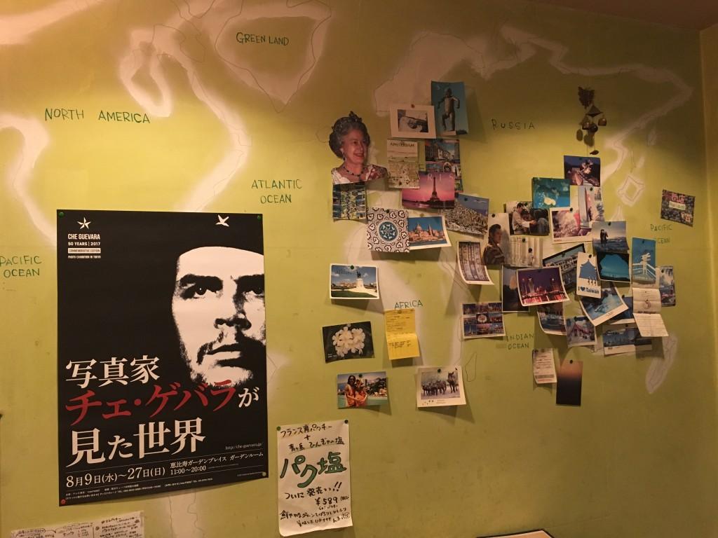 パクチーハウス東京に飾られているお客さんからのハガキ。中南米は一時的にチェ・ゲバラに占拠されていますw(8/27まで)。